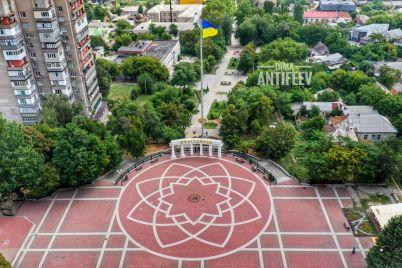 v-melitopole-za-200-tysyach-ustanovili-samyj-vysokij-v-oblasti-flagshtok-foto.jpg