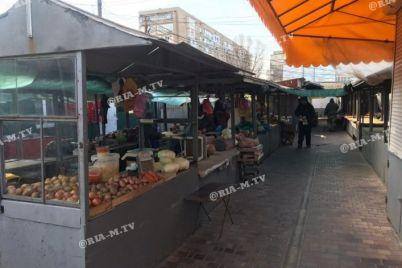 v-melitopole-zarabotali-rynki-a-v-zaporozhe-zakryvayut-tabachnye-i-czvetochnye-kioski.jpg
