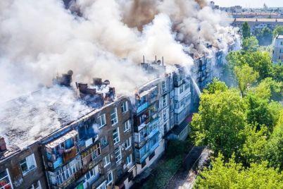 v-novoj-kahovke-gorit-czelyj-5-etazhnyj-dom-foto-video.jpg