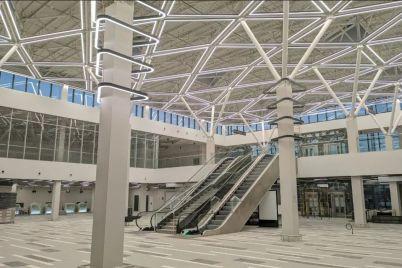 v-novom-terminale-zaporozhskogo-aeroporta-smontirovali-sistemu-osveshheniya-glavnogo-holla-foto.jpg