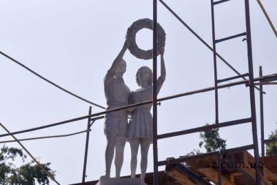 v-obnovlennom-skvere-zaporozhya-ustanovili-czentralnye-figury-legendarnoj-skulptury-foto.jpg