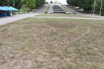 v-odnom-iz-krasivejshih-zaporozhskih-parkov-pohozyajnichali-vandaly.jpg