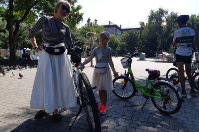 v-platyah-na-kablukah-i-na-velosipede-v-zaporozhe-proshel-veloparad-devushek-fotoreportazh.jpg