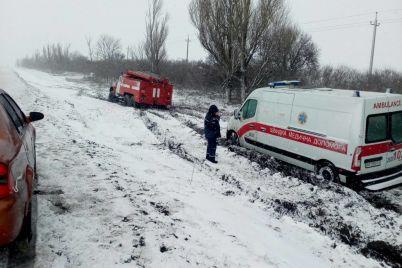 v-pologovskom-rajone-vypalo-bolee-20-sm-snega-spasateli-prodolzhayut-vytyagivat-avtomobili-iz-kyuvetov-foto.jpg