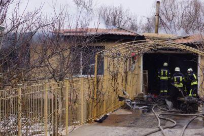v-prigorode-zaporozhya-22-spasatelya-tushili-zagorevshijsya-dom.jpg