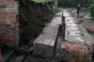 v-reku-prevratilsya-ves-gorod-posle-silnogo-livnya-zatopilo-tokmak-foto.jpg
