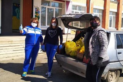 v-sele-zaporozhskoj-oblasti-pozhilym-lyudyam-privezli-domoj-produktovye-nabory.jpg