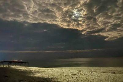 v-seti-pokazali-bronzovoe-more-kirillovki-i-pushistye-oblaka-nad-nim-foto.jpg