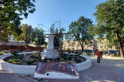 v-skvere-pionerov-ustanavlivayut-skulpturu-obshhim-vesom-okolo-25-tonn-fotoreportazh.jpg