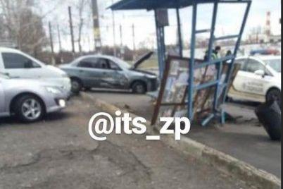 v-spalnom-rajone-zaporozhya-avtomobil-vletel-v-ostanovku-foto.jpg