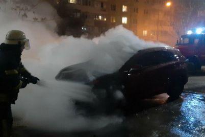v-spalnom-rajone-zaporozhya-dotla-sgorel-elitnyj-avtomobil-foto.jpg