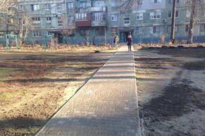 v-spalnom-rajone-zaporozhya-novuyu-detskuyu-ploshhadku-ogorodili-ot-musora-foto.jpg