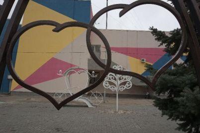 v-spalnom-rajone-zaporozhya-otkryli-originalnye-fotozony-dlya-molodozhenov-foto.jpg