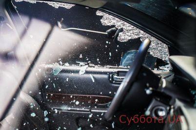 v-spalnom-rajone-zaporozhya-posredi-bela-dnya-obvorovali-priparkovannyj-avtomobil-foto.jpg