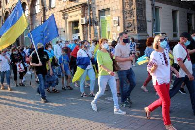 v-vyshivankah-i-s-flagami-zaporozhczy-proshli-po-prospektu-foto.jpg