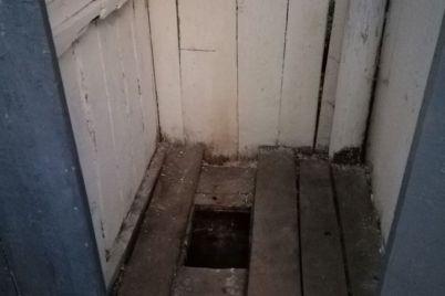 v-zakarpatskoj-oblasti-rebenok-provalilsya-v-vygrebnuyu-yamu-v-shkolnom-tualete.jpg