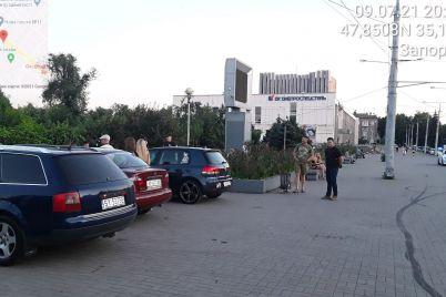 v-zaporizhzhi-inspektori-z-parkuvannya-vipisali-shtrafi-odrazu-30-avtivkam-na-bulvari-shevchenka.jpg
