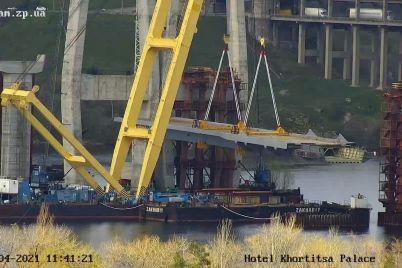 v-zaporizhzhi-na-timchasovi-opori-vstanovili-pershu-sekcziyu-vantovogo-mostu.jpg