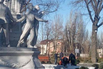 v-zaporizhzhi-remontuyut-skulpturu-yaka-ne-prostoyala-j-pivroku.jpg