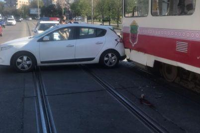v-zaporizhzhi-tramvaj-ta-avtomobil-potrapili-v-dtp-protokol-sklali-na-vodijku-gromadskogo-transportu.jpg