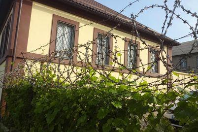 v-zaporizhzhi-vijskova-chastina-ogorodila-kolyuchim-drotom-bordyur.jpg