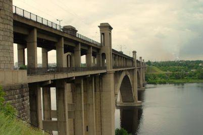 v-zaporizhzhi-vnochi-molodik-hotiv-stribnuti-z-mostu-preobrazhenskogo-video.jpg