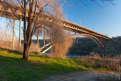 v-zaporizhzhi-z-arochnogo-mostu-vpala-lyudina.jpg
