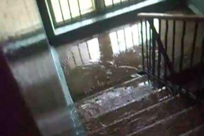 v-zaporizkij-bagatopoverhivczi-z-shhojno-vidremontovanoyu-pokrivleyu-stavsya-potop.jpg