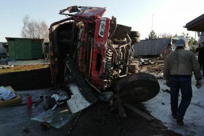 v-zaporizkij-oblasti-perekinulasya-vantazhivka-z-garyachim-asfaltom-vodiya-gospitalizovano-foto.jpg