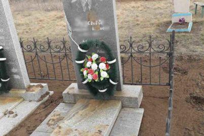 v-zaporizkij-oblasti-vandali-zabrudnili-bagnyukoyu-ta-namagalisya-zvaliti-pamyatniki-na-czvintari-foto.jpg