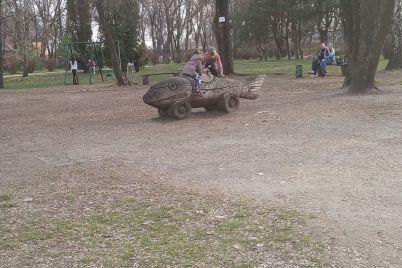 v-zaporizkomu-parku-na-misczi-de-zaginula-divchinka-prodovzhuyut-gratisya-diti-foto.jpg
