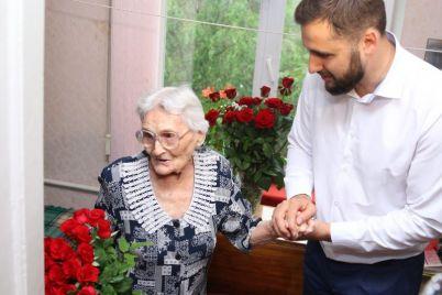 v-zaporozhe-100-letnij-yubilej-otmetila-vrach-perezhivshaya-blokadu-leningrada.jpg