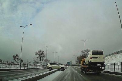 v-zaporozhe-avto-selo-na-razdelitelnuyu-polosu-foto-video.jpg
