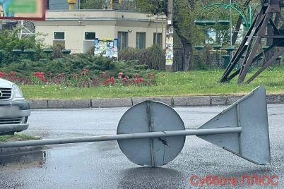 v-zaporozhe-avto-sneslo-dorozhnyj-znak-foto.jpg