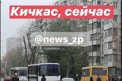v-zaporozhe-avtobus-stolknulsya-s-legkovushkoj-foto.jpg