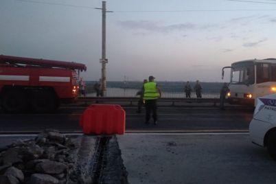 v-zaporozhe-avtobus-zastryal-na-plotine-ponadobilas-pomoshh-spasatelej.jpg
