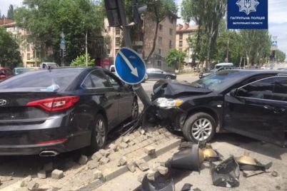 v-zaporozhe-avtomobil-promchalsya-na-krasnyj-i-vletel-v-svetofor-foto.jpg