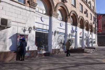 v-zaporozhe-belyj-dom-na-glavnom-prospekte-chistit-poka-ne-nachali.jpg