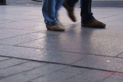 v-zaporozhe-bezrazlichnye-prohozhie-ne-obrashhali-vnimaniya-na-zhenshhinu-v-bessoznatelnom-sostoyanii-kotoraya-lezhala-u-nih-pod-nogami-video.jpg