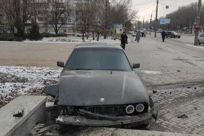 v-zaporozhe-bmw-zaletel-na-trotuar-vozle-administraczii-rajona-ego-razbilo-o-klumbu-foto.jpg