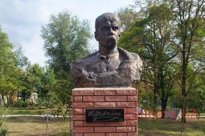 v-zaporozhe-byl-ustanovlen-pamyatnik-byust-kobzarya-fotofakt.jpg