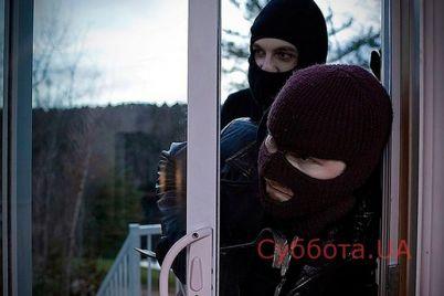 v-zaporozhe-chetvero-muzhchin-vorvalis-v-dom-k-pensioneru-a-zatem-izbili-i-obobrali-do-poslednej-nitki.jpg