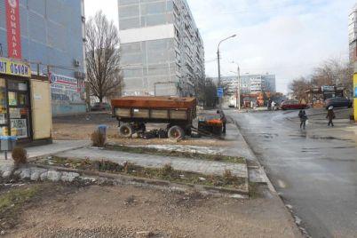 v-zaporozhe-demontirovali-kiosk-v-kotorom-nezakonno-torgovali-kuriczej.jpg