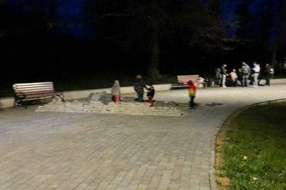 v-zaporozhe-deti-soorudili-postrojku-iz-trotuarnoj-plitki-ulozhennoj-v-2020-godu-foto.jpg