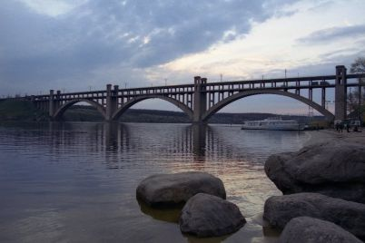 v-zaporozhe-devushka-pokonchila-s-soboj-prygnuv-s-mosta.jpg