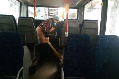 v-zaporozhe-dezinficziruyut-kommunalnyj-transport-fotoreportazh.jpg