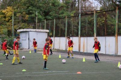 v-zaporozhe-dlya-yunyh-futbolistov-zakupili-novyj-sportivnyj-inventar.jpg