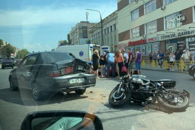 v-zaporozhe-dtp-s-motocziklistom-na-meste-rabotaet-skoraya-pomoshh-foto-video.jpg