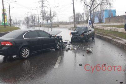 v-zaporozhe-dve-legkovushki-stolknulis-lob-v-lob-est-postradavshie-video.jpg