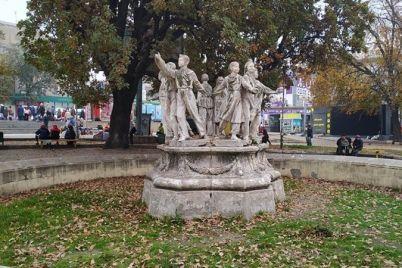 v-zaporozhe-figury-iz-legendarnoj-kompoziczii-sdelali-sovremennymi-foto.jpg